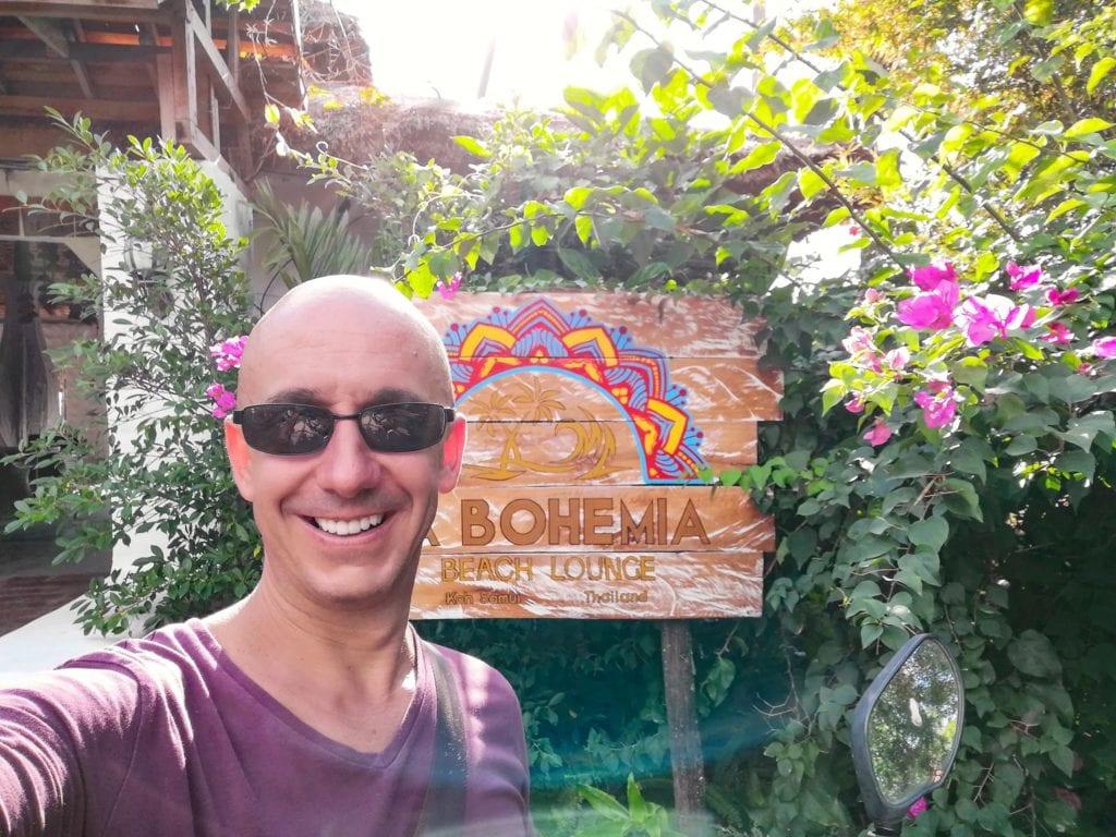 Bernie devant l'entree la Bohemia Beach Lounge a Lamai Beach.
