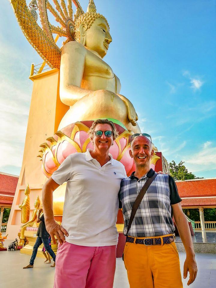 David et Bernie devant la grande statue de Big Buddha a Koh Samui.