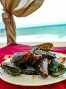 Moules a la provençale (brasucade) sur la plage de Lamai Beach, La Bohemia