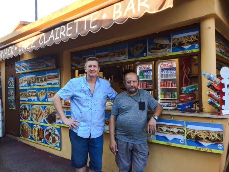 David et Baptiste devant le kiosque a Eze Village
