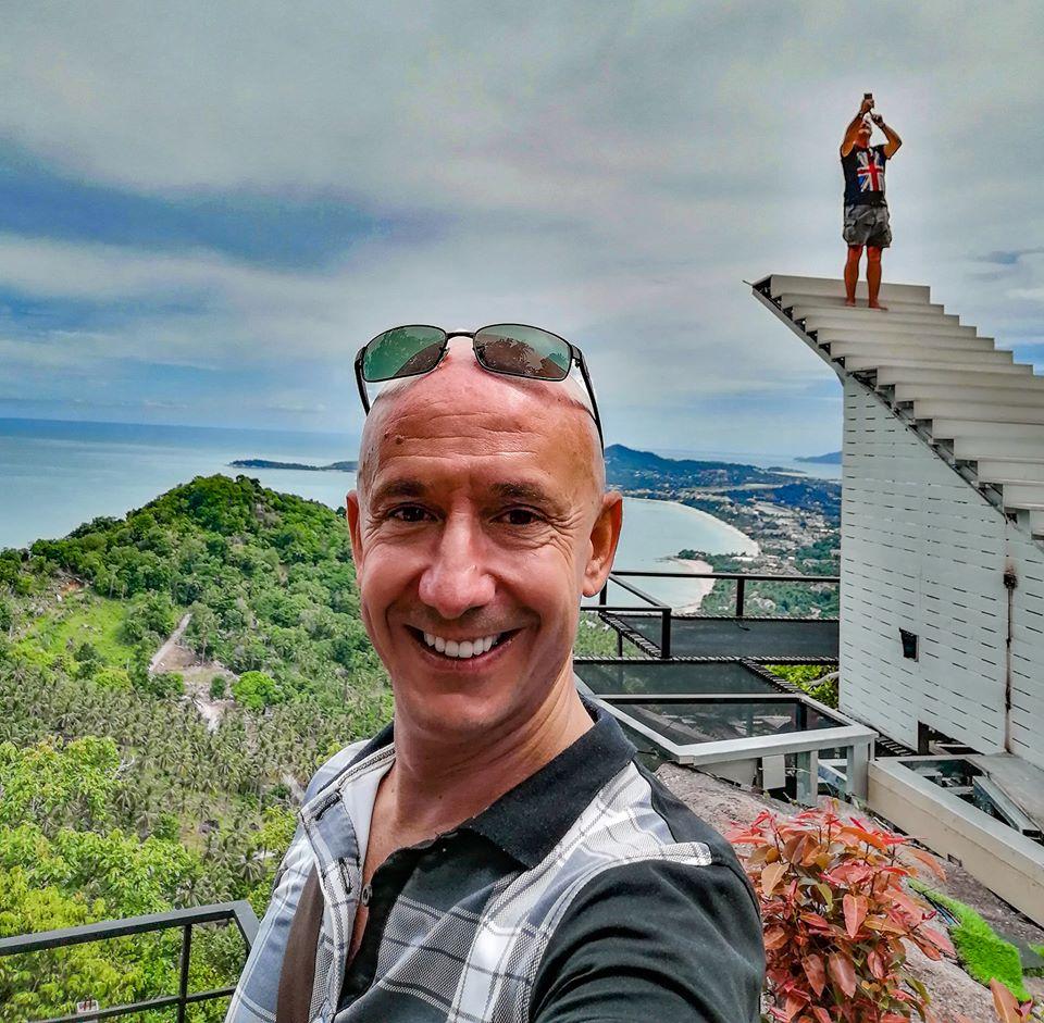 Selfie de Bernie près des escaliers au Heart Shape Mountain Seaview à Koh Samui.