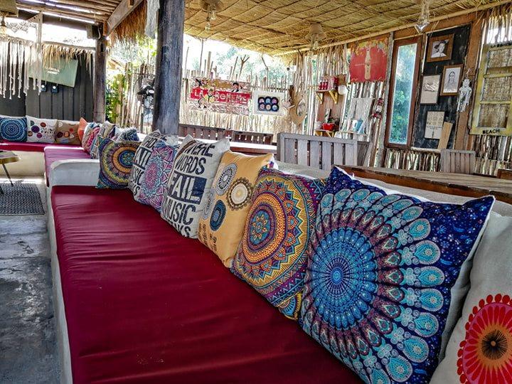 Canapé décoré La Bohemia Beach Lounge a Lamai Beach.