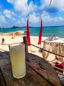 Aperitif en terrasse sur la plage a Lamai beach