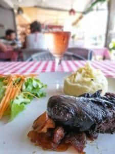 Boudin noir, pommes caramélisées et purée au restaurant la Cantine a Lamai.