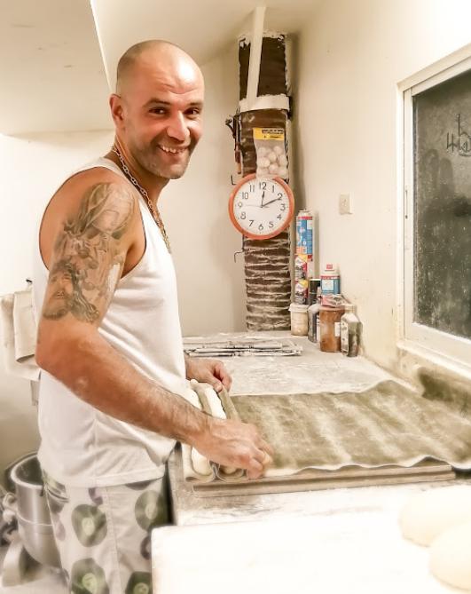 Papé le boulanger à Lamai (Koh Samui) faisant du pain.