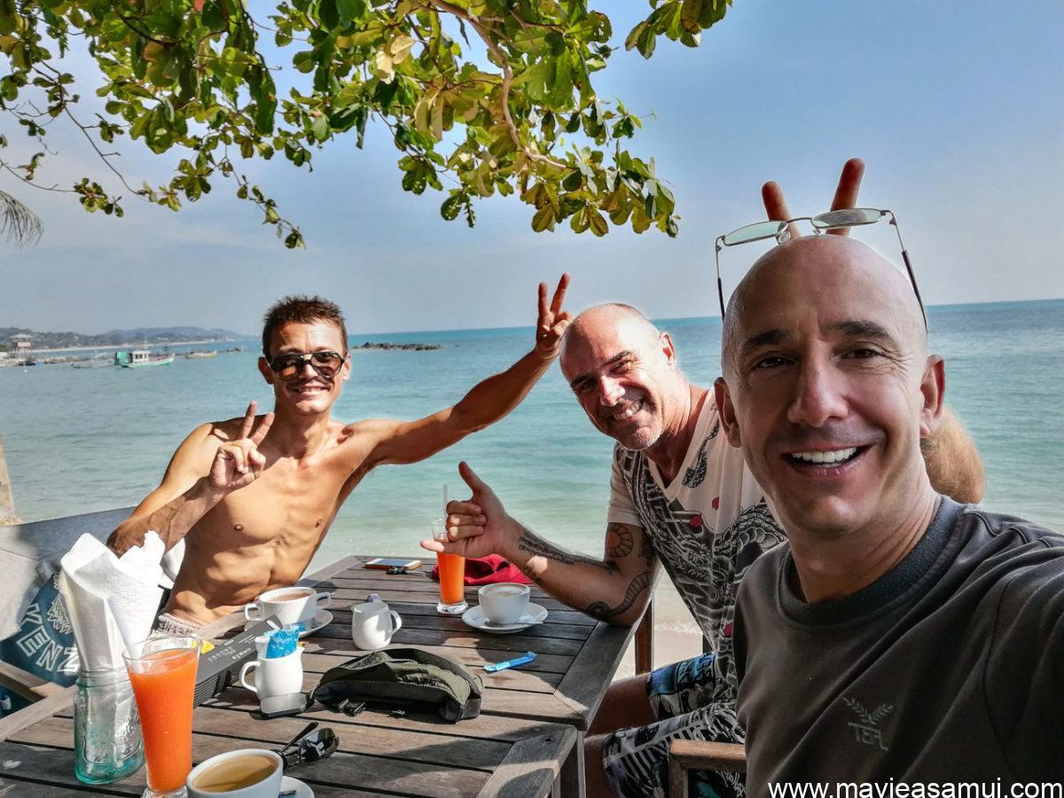 Bernie, Philippe et Nicolas au petit déjeuner après le cours de yoga.