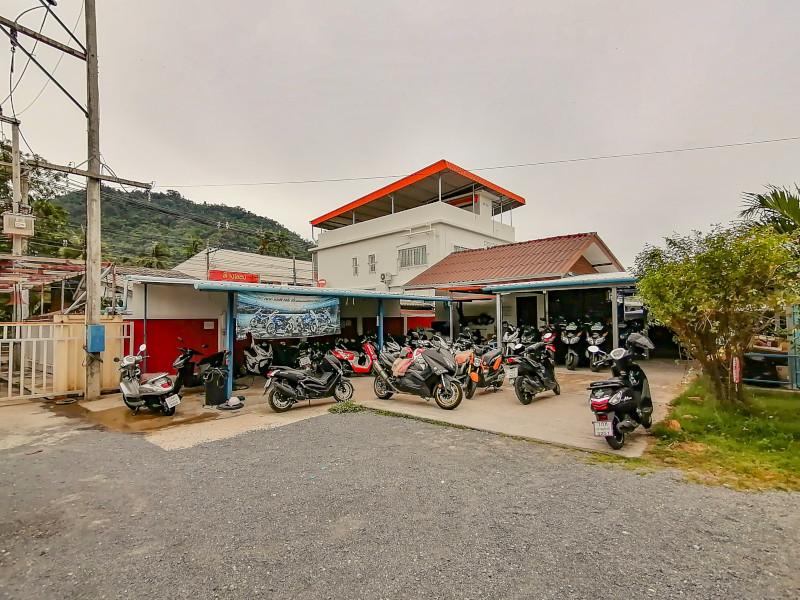 Garage de Samui Decouverte a Lamai (Koh Samui). Vue depuis Samui Petanque.