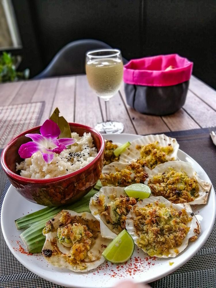 Coquilles Saint-Jacques gratinées avec riz à la crème et un verre de vin blanc. Restaurant le Point G a Lamai (Koh Samui).