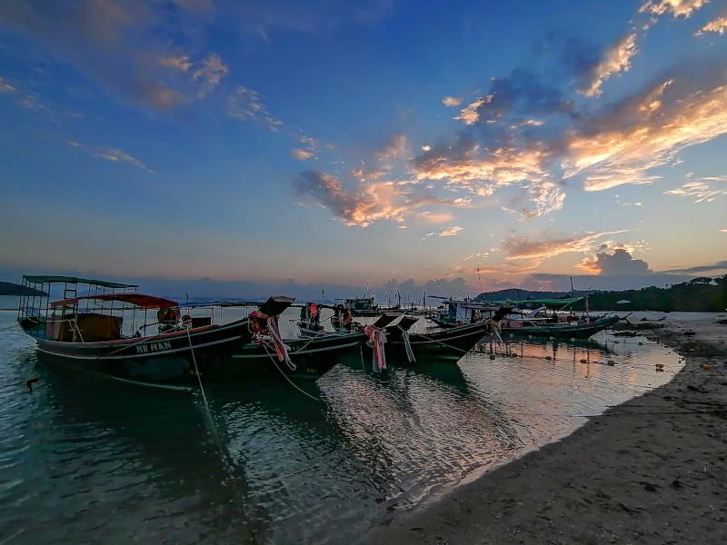 Se detendre en regardant les bateaux des pêcheurs au coucher du soleil a Koh Samui.