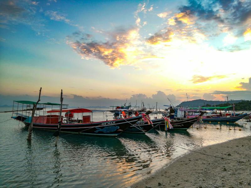 Se detendre en regardant le coucher de soleil à Thong Krut (Koh Samui, Thaïlande). Bateaux de pêcheurs.