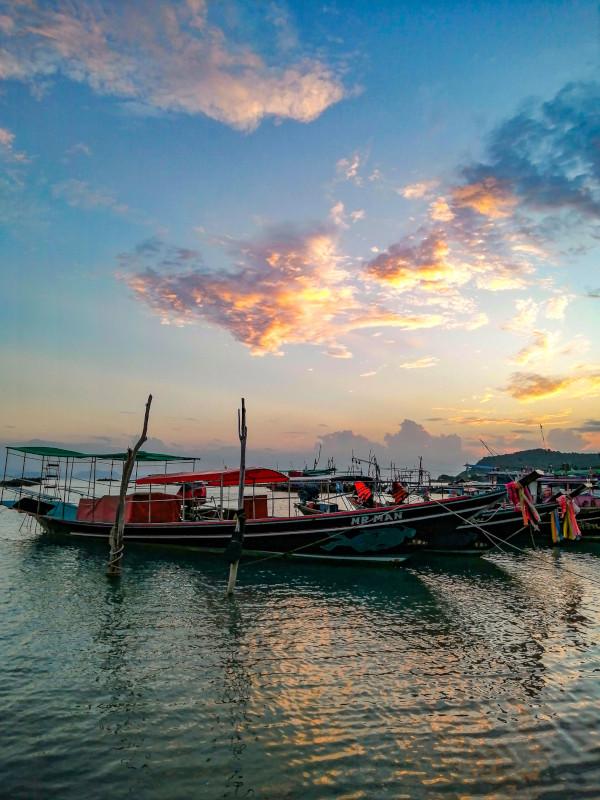Bateaux de pêcheurs au coucher de soleil a Thong Krut, Koh Samui. pour se détendre.