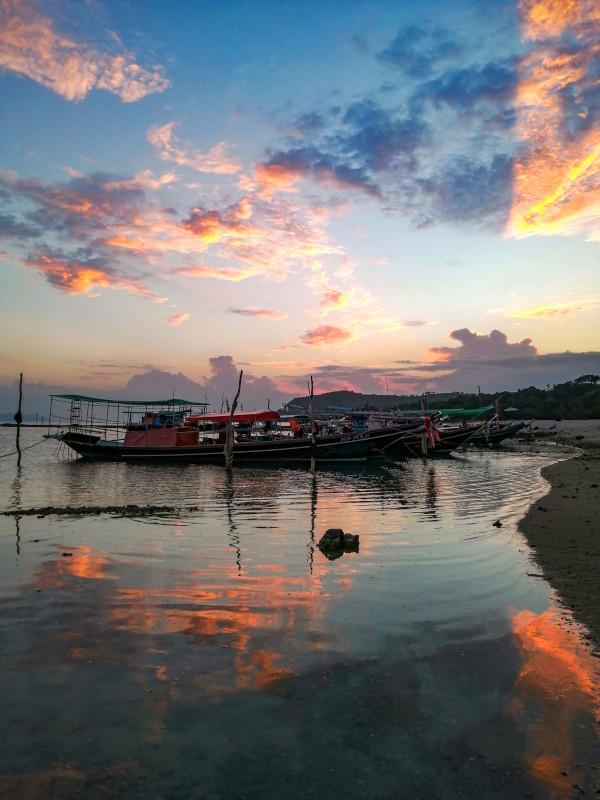 Coucher de soleil sur la mer et les bateaux de pêcheurs a Thong Krut a Koh Samui.