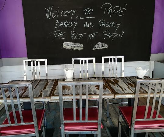 Terrasse de la boulangerie-pâtisserie chez Pape à Lamai.