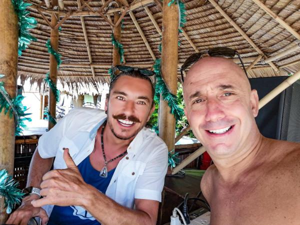 Dj Phil Dunlop avec Bernie au Shiva Samui lors d'une journée barbecue familles.