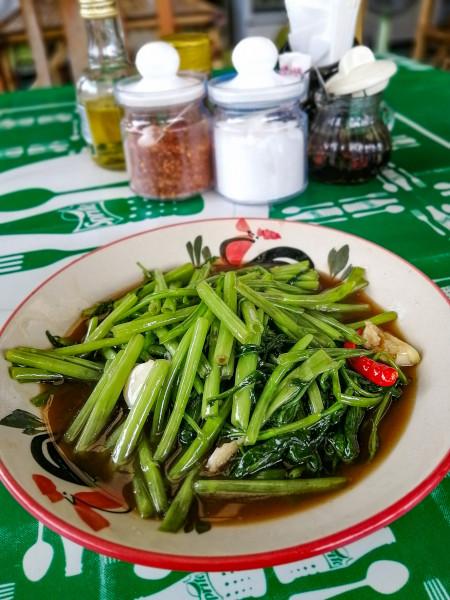 Morning Glory, plat thaïlandais a base de légumes verts et de piments. Ici photo prise dans le restaurant de Mam Thaï à Lamai (Koh Samui).