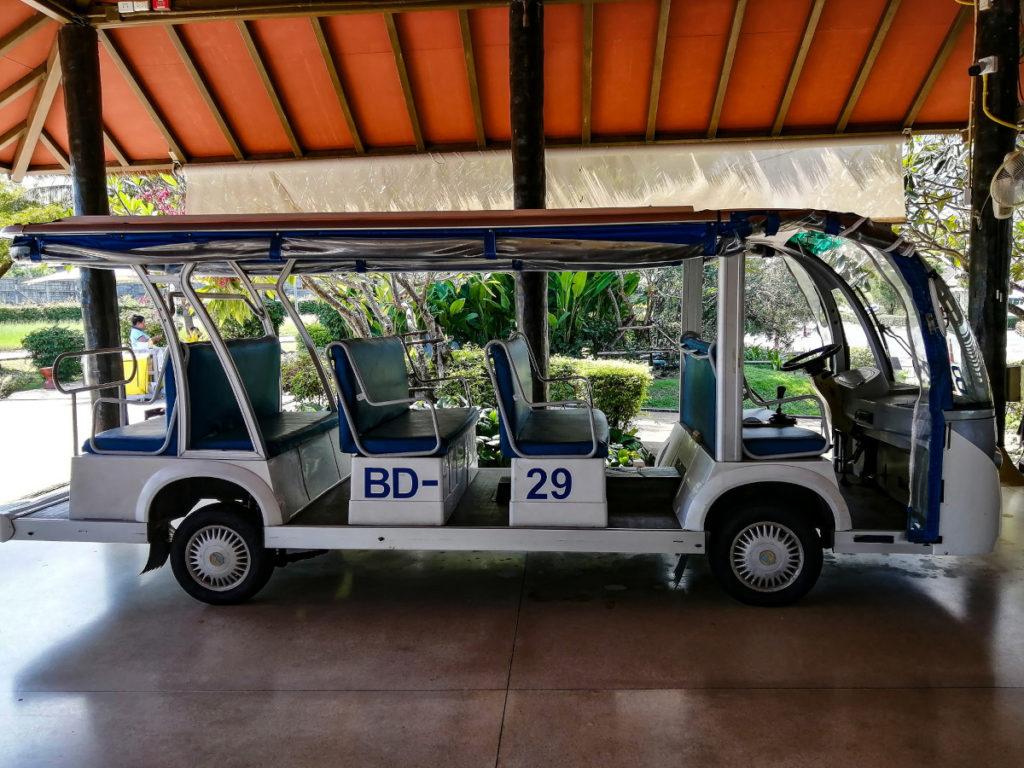 Visa et arrivee en voiturette à l'aéroport de Koh Samui en Thaïlande.