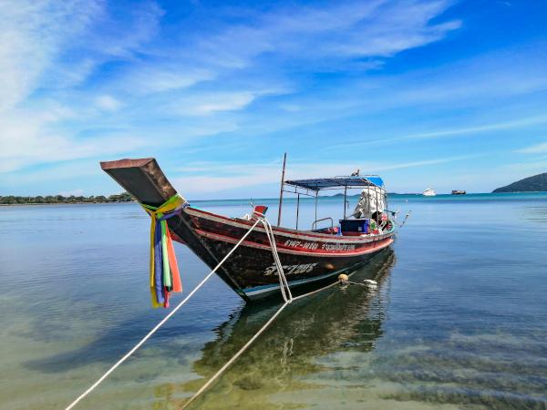 Bateau traditionnel de pêche thaïlandais dans la sud de Koh Samui