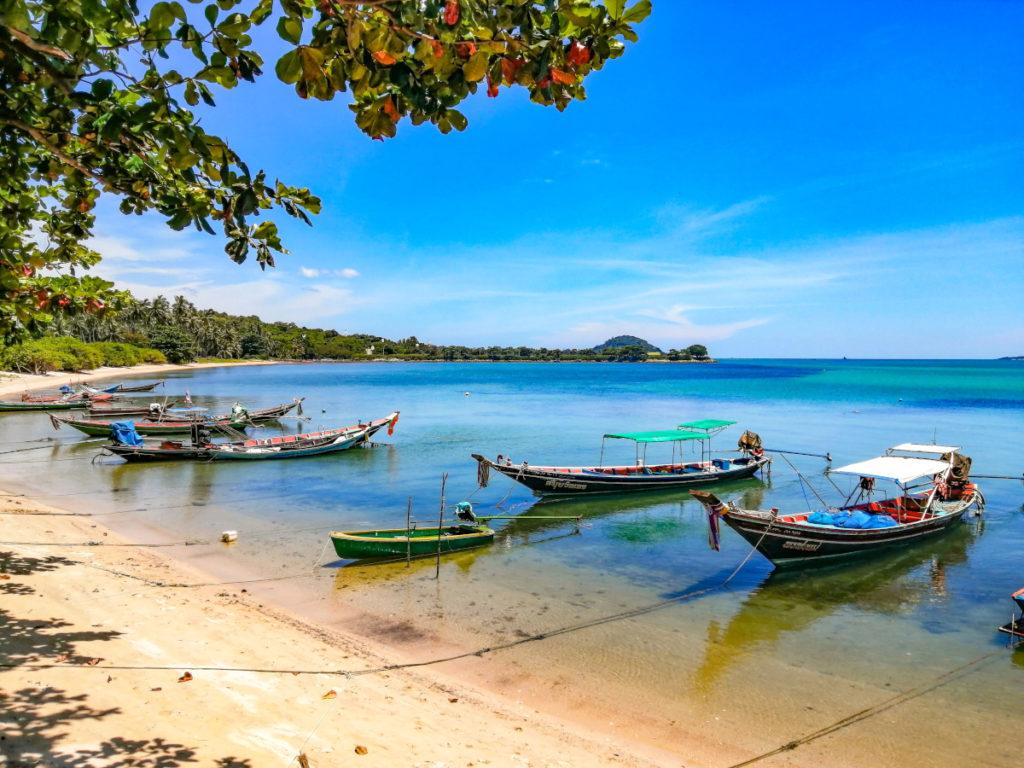 Bateaux de pecheurs sur la plage de Thanod, pres du restaurant le New French Kiss a Koh Samui.