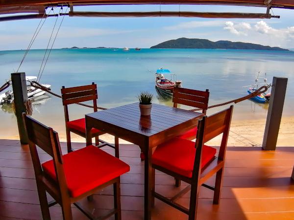 Table et chaises du restaurant The New French Kiss avec vue mer sur l'île de Koh Tan, a Koh Samui.