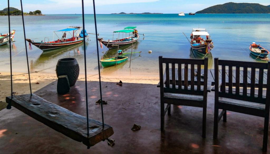 Terrasse avec balançoire en bord de plage au restaurant le New French Kiss a Thanod, dans le sud de l'île de Koh Samui.