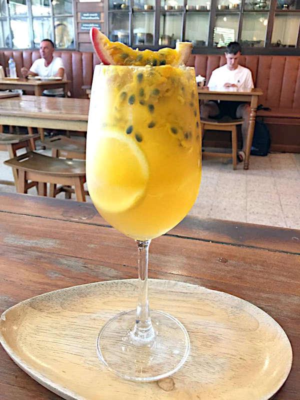 Cocktail de fruit frais vec du citron, du miel et du fruit de la passion chez DARA a Koh Samui.