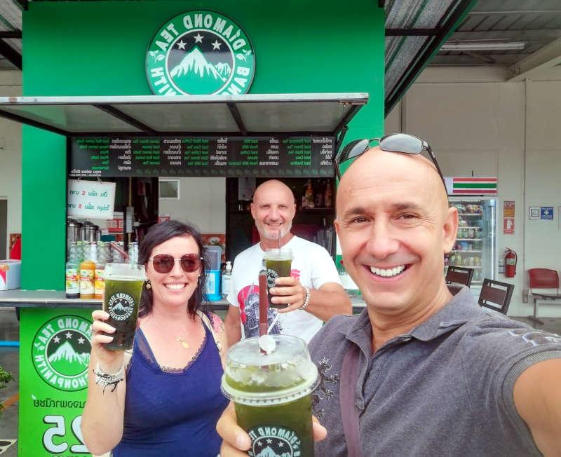 Bernie Samui avec des clients chez Diamond Tea, le shop de rue de the glacé à Makro Lamai, Koh Samui.