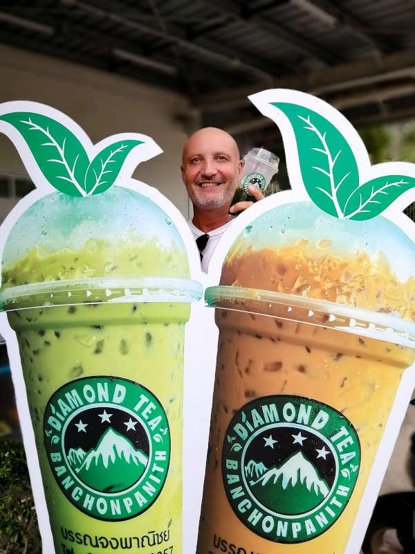 Eric, un client avec son the glace thai Diamond Tea, Koh Samui