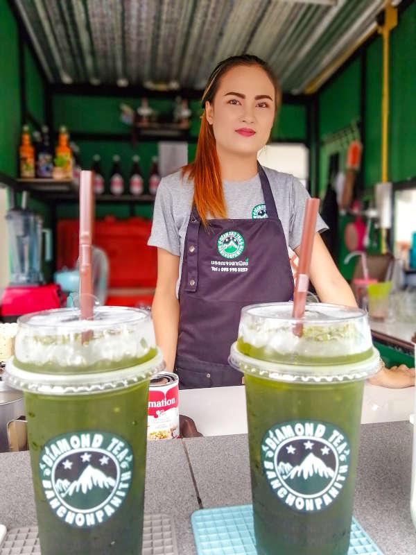 Vendeuse de the glace thai chez Diamond Tea a Samui